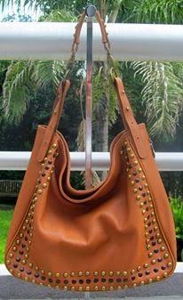 d5683fdb7 Por otro lado carteras más tipo bolsos, de cuero con tachas y simil reptil,  en color plata, combinadas con negro, que tanto las tachas como los tonos  ...