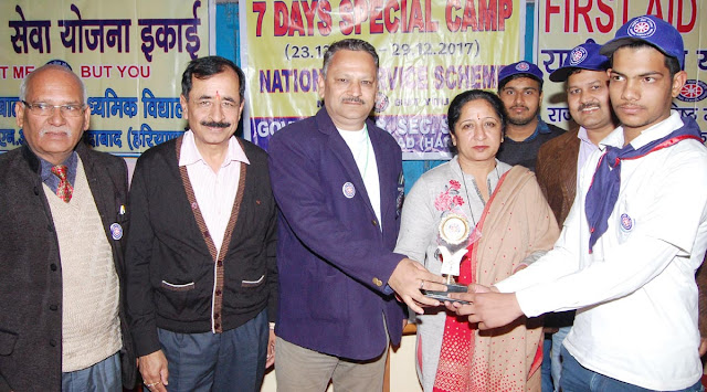 Satyendra Verma, the Best Volunteer Producer, received the District Education Officer