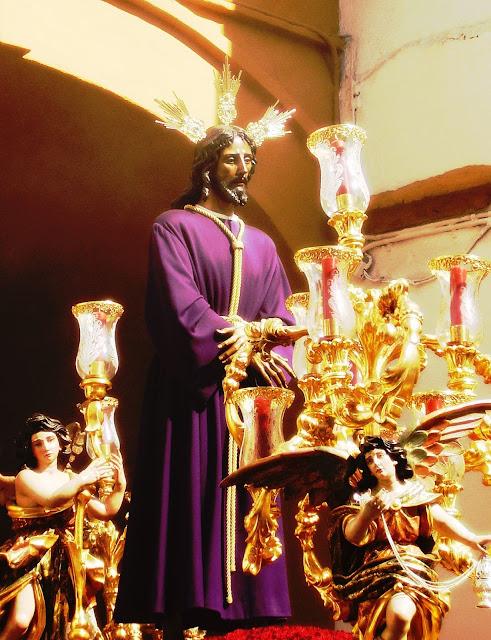 El Cautivo de la Hermandad de Santa Genoveva a su paso por el Arco del Postigo en Sevilla durante la Semana Santa