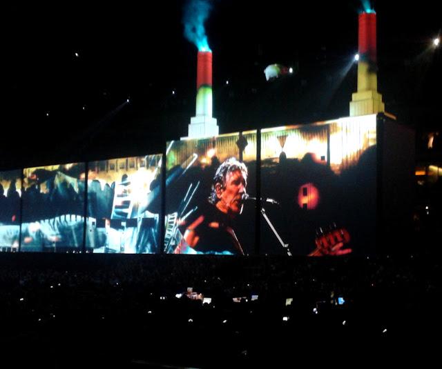 Roger Waters a Pink Floyd Pigs című számát játssza az Animals albumról Budapesten, a Papp László Sportarénában tartott koncerten, 2018. május 2-án.
