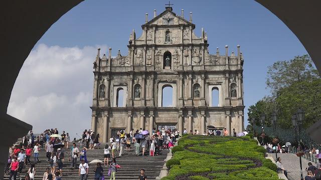 """Năm 2005, trung tâm lịch sử Macau đã được ghi nhận là di sản thế giới. Trung tâm lịch sử Macau có 22 công trình tiêu biểu ảnh hưởng của hai nền văn hóa Trung Quốc và Bồ Đào Nha.    St Paul được xây dựng giữa những năm 1602 và 1640 bởi các linh mục. Đây là một trong những địa danh được ghé thăm nhiều nhất ở Macau. St Paul từng là một trong những nhà thờ lớn nhất ở châu Á và được gọi là """"Vatican của Viễn Đông""""."""