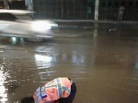 Jadi Penyebab Terjadinya Genangan Air, Dinas PU Bersihkan Lubang Inlet Tersumbat di Jalan Thamrin