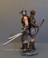 statuette nuziali coppia cosplay guerrieri medioevali spade arco frecce statuine personaggio storico collezionisti orme magiche