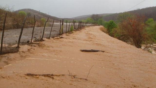EM JATI-CE: Chuva causa mortes, danifica estrada e açudes