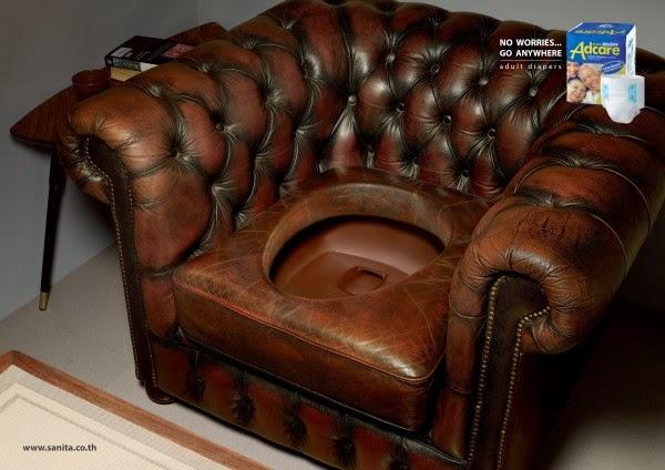 Mingitorio en un sillón de piel en publicidad de pañales para adulto.