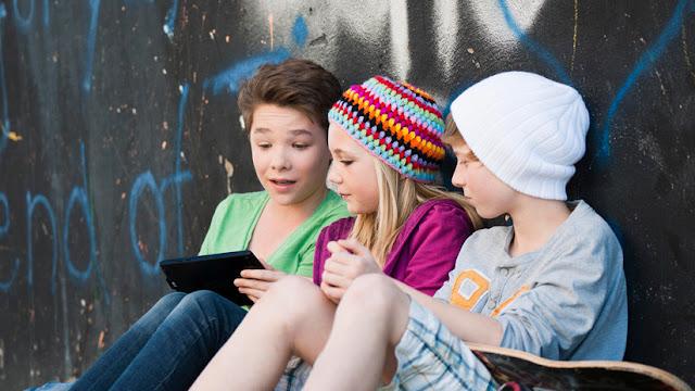 Detectan qué cambios cerebrales sufren los niños que pasan más horas pegados al móvil o a la tableta