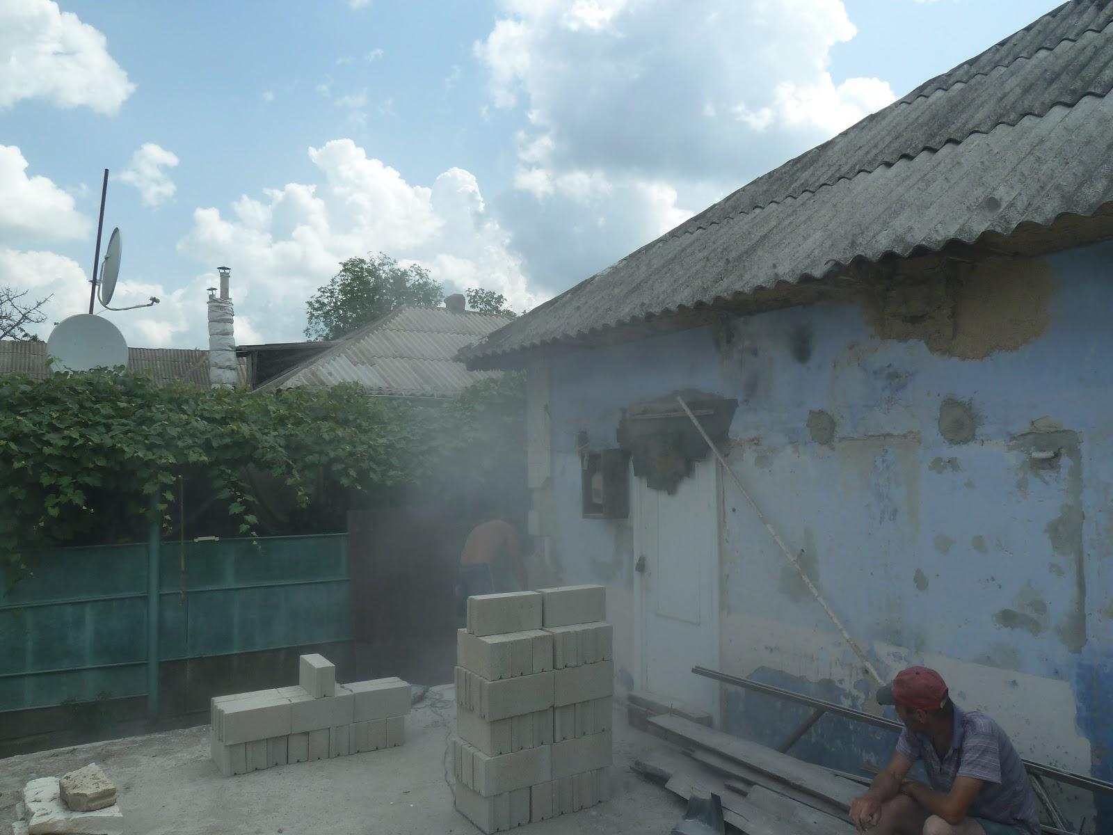 House in moldova: eerste steen van de uitbreiding van het huis.