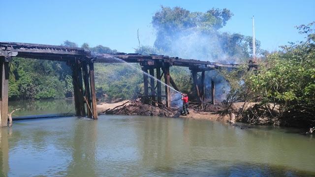 Ponte sobre o rio Bambu que faz ligação entre linhas é incendiada