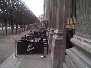 Palais Royal, Comédie Française, Terrasse extérieure dans le jardin avec sièges rétros.