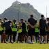 Meia do Botafogo sente e dá susto em treinamento; confira
