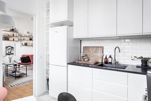 mała kuchnia, kuchnia w kawalerce, płytki metro, kafelki metro, biała kuchnia