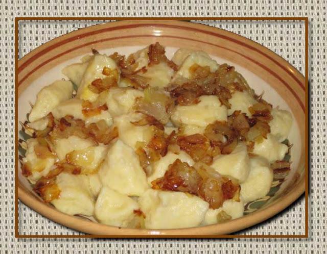 Картофель оварной - 5 штук;  Яйцо - 1 штука;  Луковица - 1 штука;  Соль - по вкусу; Перец - по вкусу; Жир свиной - 1 столовая ложка,