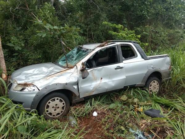 Picape sai de pista e capota duas vezes após aquaplanar na BR-010 no Maranhão