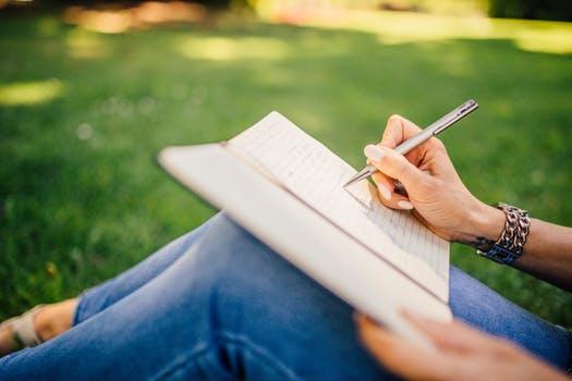 Menulis Dengan Riset dan Data