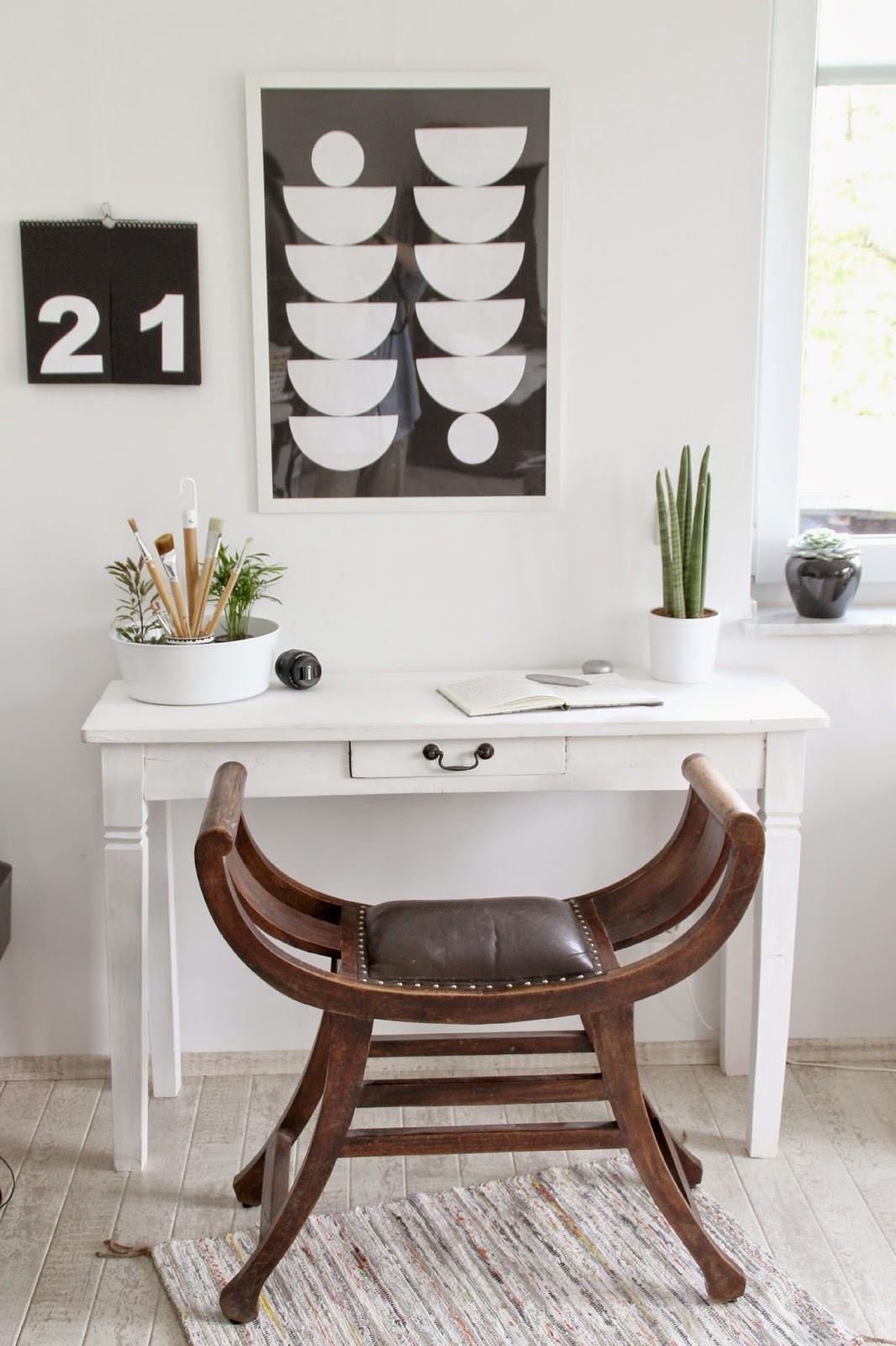 Hochwertig Schreibtischansicht Mit Blumenampel Bittergurka Von Ikea Als  Pinselaufbewahrung Im Hintergrund Schwarzweiß Bilder