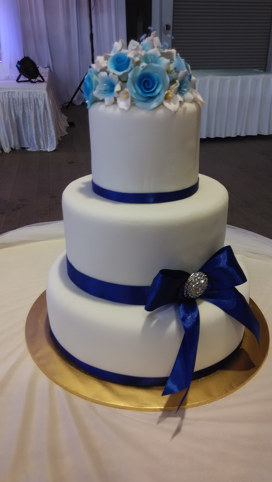 blue wedding cakes pictures jujucupcakes royal blue and purple themed wedding cakes 12020