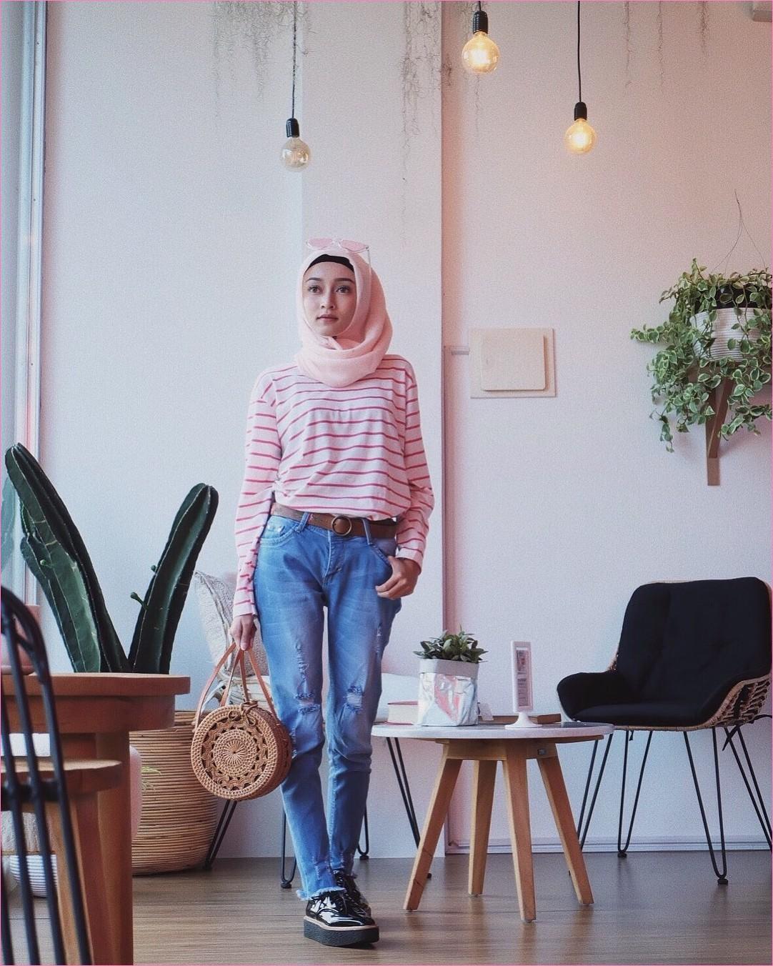 Outfit Celana Jeans Untuk Hijabers Ala Selebgram 2018 t-shirt panjang mangset stripe pink tua putih slingbag rotan kacamata kerudung segiempat hijab square pink muda pants jeans denim kets sneakers hitam ikat pinggang ootd trendy