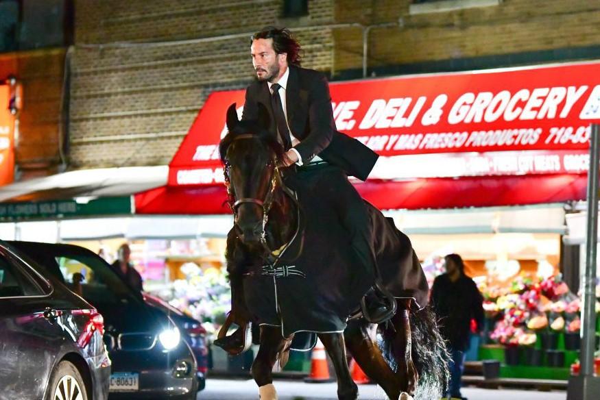 John Wick 3 | Imagens e vídeo dos bastidores mostram Keanu Reeves montado em Cavalo