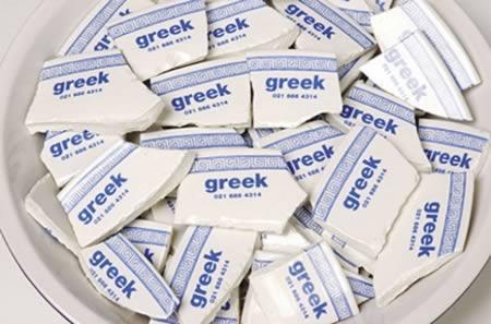 """Nhà hàng Hy Lạp này đã tận dụng bát đĩa vỡ để làm nên những tấm danh thiếp """"kịch độc"""""""