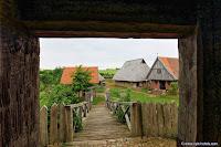 Blick aus dem Burgturm der Turmhügelburg auf die Vorburg