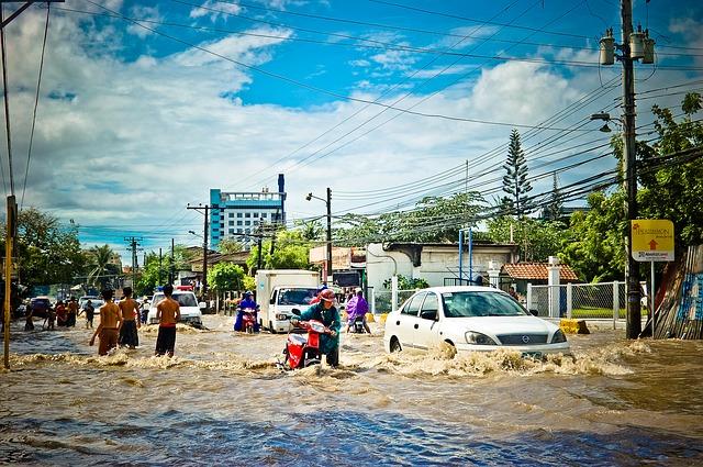 auto en una riada