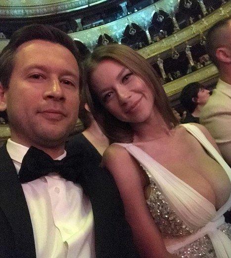 Дружина Ступки-молодшого ледь втримала великі груди у витонченій сукні