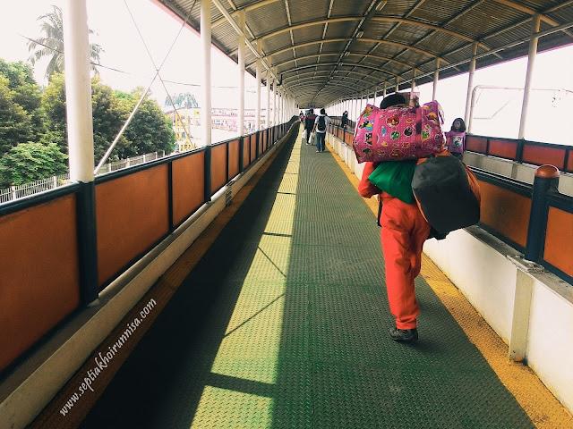 Porter yang membantu mengangkut barang penumpang