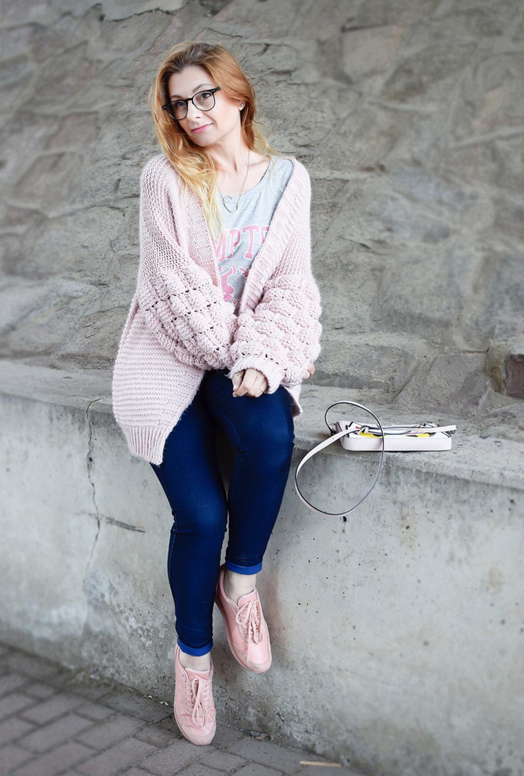 Outfit mit Jeans und Strickjacke, sportlicher Style