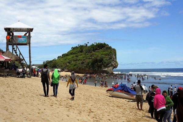 Kegiatan wisatawan di Pantai Indrayanti Gunungkidul