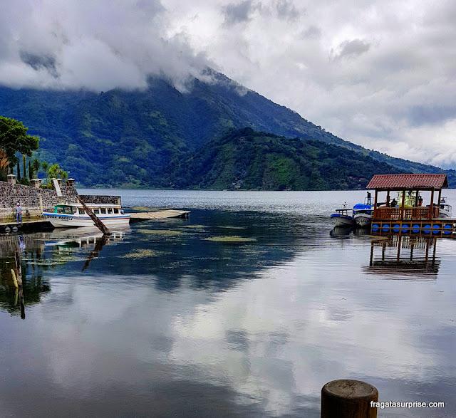 Atracadouro da vila de Santiago, no Lago Atitlán, Guatemala