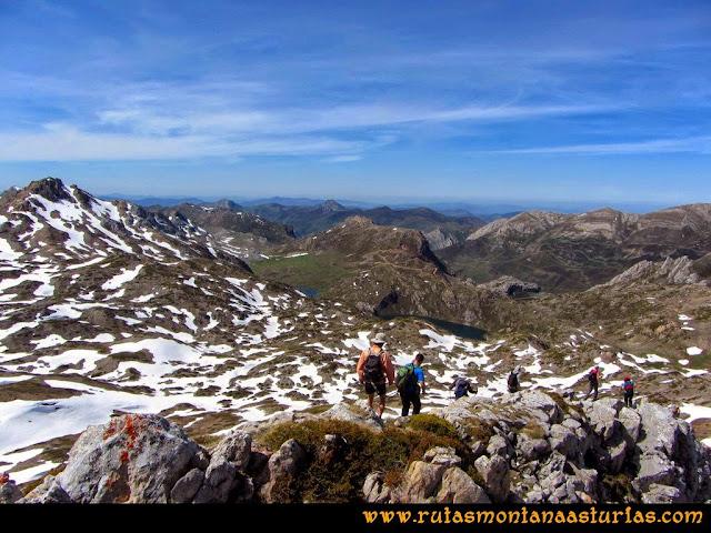 Ruta Farrapona, Albos, Calabazosa: Bajando del Calabazosa con los lagos de fondo