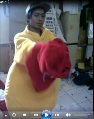 contoh gambar cara memakai kostum badut winnie the pooh