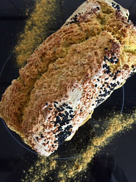 Kurkuma-Sesam-Brot, glutenfrei, vegan, bio, einfach, schnell, Rezepte, ohne Weizen, Blog, Minimalismus, Luxus, Rezeptinspiration, Rezepte für jeden Tag, gesund und lecker, Rezeptideen, schnelle Rezepte, healthy, entdecken, leicht