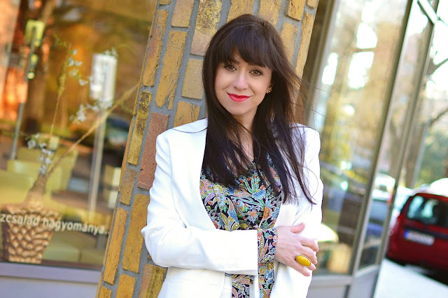 DO NOVÉHO DŇA S TOU SPRÁVNOU BLÚZKOU_Katharine-fashion is beautiful_Biely kostým_Vzorovaná blúzka_Katarína Jakubčová_Fashion blogger