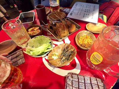 Comiendo yakitoris y acompañamientos en Shibuya