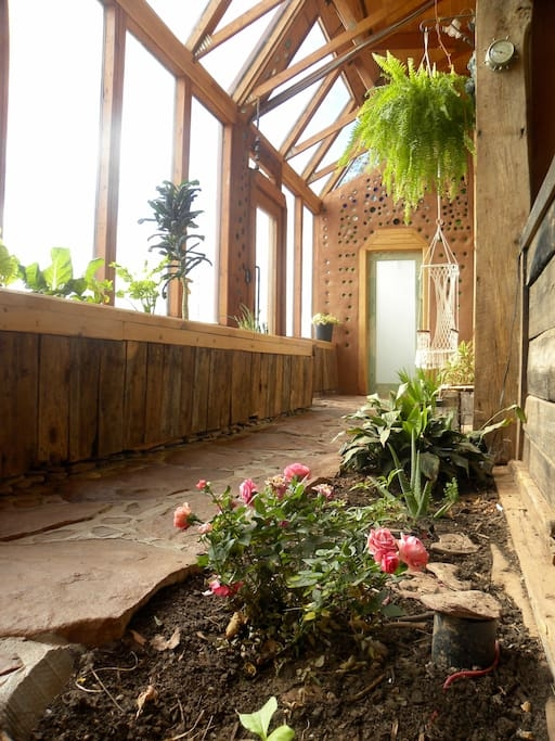 02-airbnb-Architecture-with-the-Earthship-Sustainable-Home-www-designstack-co