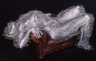 Escultura de mujer  con ganchos para colgar la ropa.