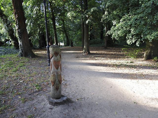 przy ścieżce w Lubniewicach rzeźba z serduszkami