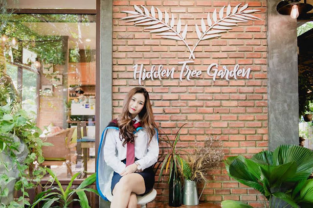 Hidden Tree Garden tựa như một chốn trú ẩn bí mật khi nằm kín đáo sau những hàng cây xanh um tùm. Cách xa trung tâm thành phố Bangkok (Thái Lan) 2 tiếng chạy xe, nơi này là địa điểm hoàn hảo cho những ai muốn dành một buổi chiều tránh xa khỏi sự nhộn nhịp của thành thị.