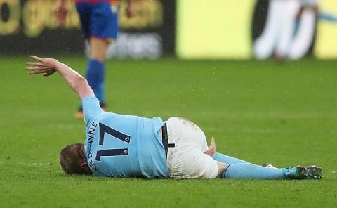 De Bruyne dính chấn thương nhẹ rời sân