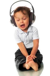 Foto gambar bayi lucu mendengarkan musik 27