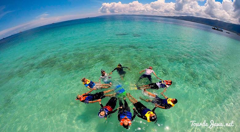 aktivitas snorkeling di pulau Badul