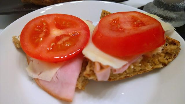 Saippuakuplia olohuoneessa. blogi, kuva Hanna Poikkilehto, brunssi, leivonta, teeleipä,