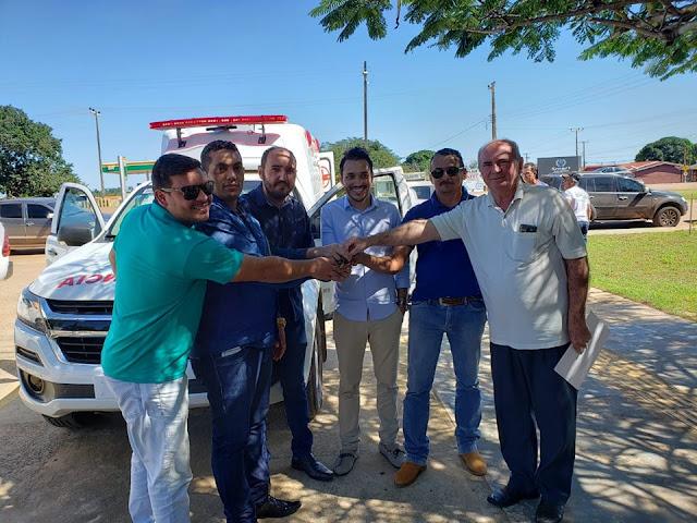 Deputado Lebrão entrega de ambulância semi uti, em Nova Mamoré