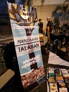 Perpustakaan Jalanan di salah satu sudut Tugu Jogjakarta