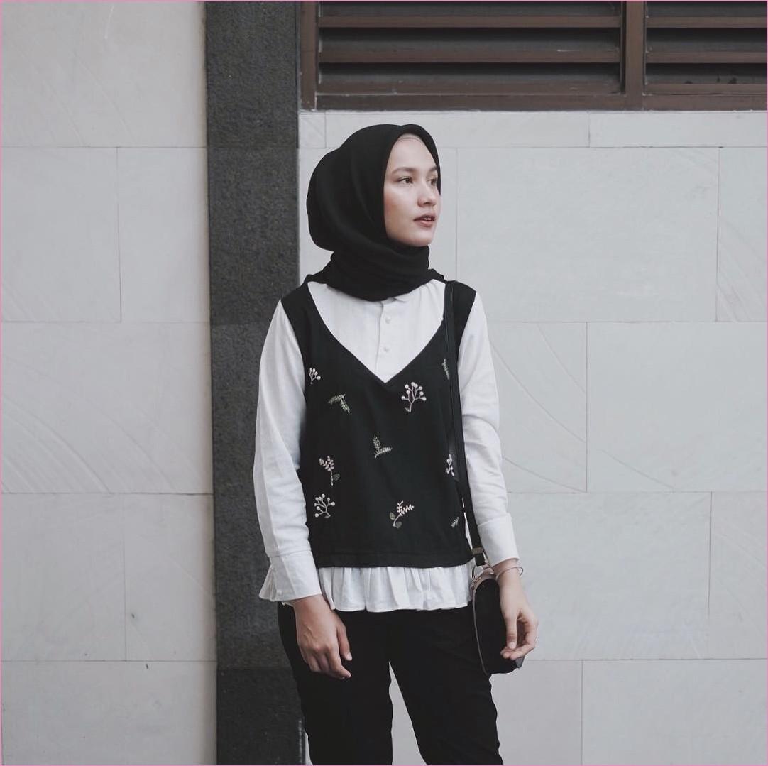 Mix And Match Outfit Baju Luaran (Inner) 2018 Ala Selebgram tank top blouse top kemeja putih celana bahan jogger segiempat hijab square hitam ciput rajut krem muda slingbags gelang ootd trendy