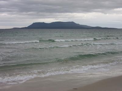 Vistas de la isla María desde la playa de Orford, en Tasmania