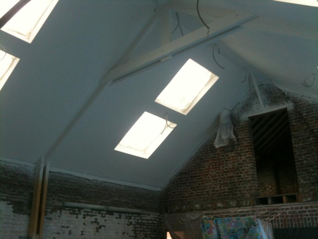 la grange qui deviendra loft le plafond de la grange est peint. Black Bedroom Furniture Sets. Home Design Ideas