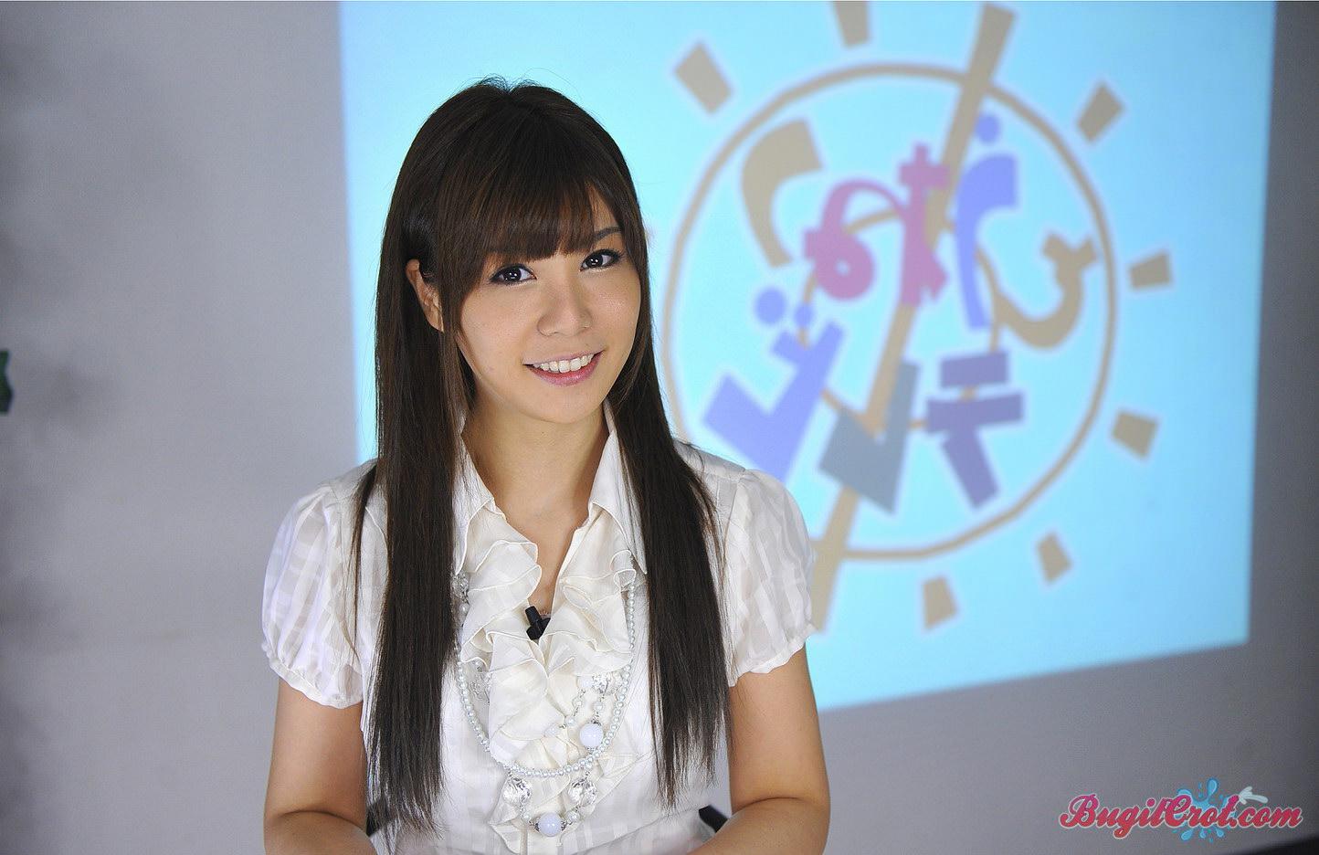 Foto bokep jepang reporter TV cantik ditelanjangi dan dientot rame rame