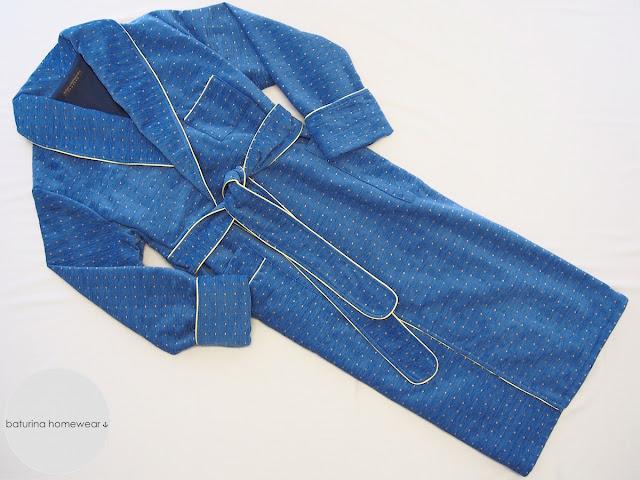 Langer gefütterter englischer Morgenmantel aus Baumwolle in Blau für Herren.